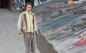"""Frank Dillane, as Nick in """"Fear the Walking Dead,"""" escapes from the hospital"""